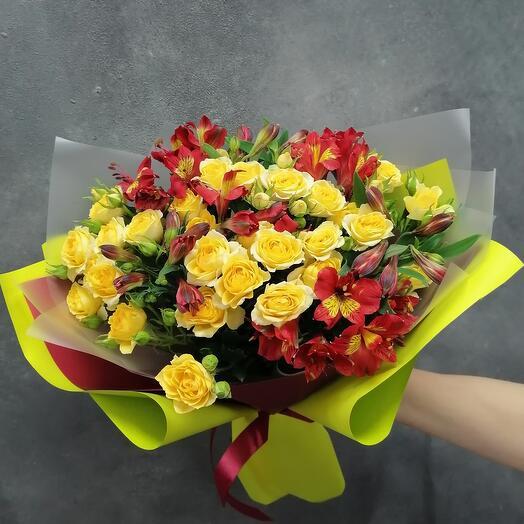 Букет 🔥 из кустовых роз и альстромерии