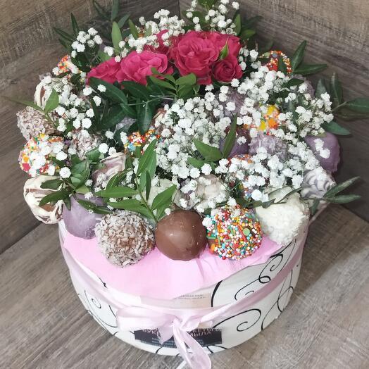 Съедобный ягодный букет клубника в шоколаде с розами в шляпной коробке