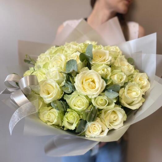 Букет из 29 белых роз с эвкалиптом