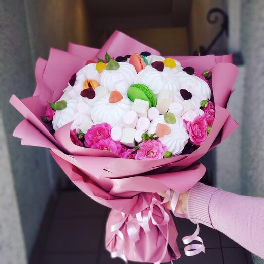 Нежный букет из зефира и роз