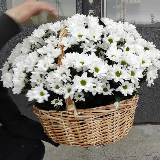 Плетеная корзина с кустовой хризантемой