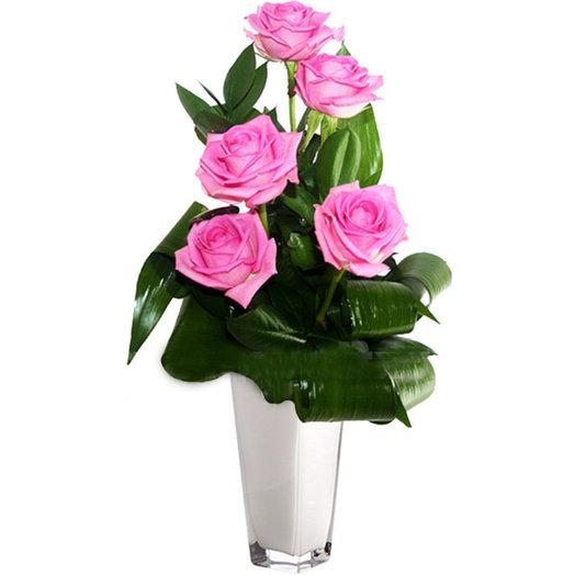 Оригинальный букет из 5 розовых роз с зеленью: букеты цветов на заказ Flowwow