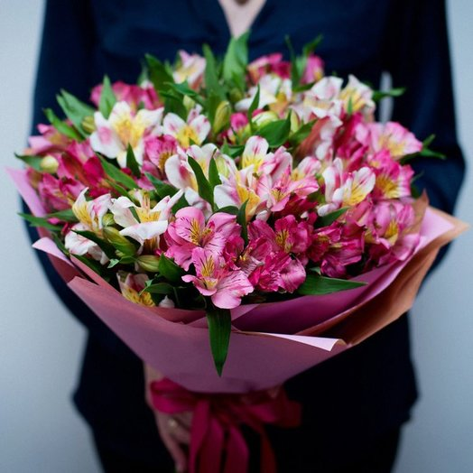 Букет из альсромерии: букеты цветов на заказ Flowwow