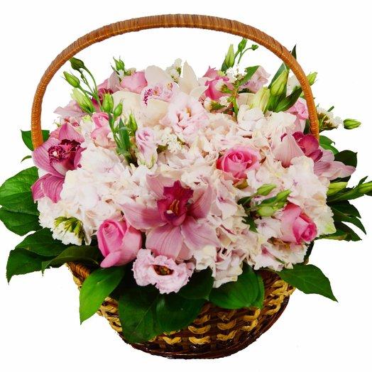 Корзина орхидей и лизиантусов