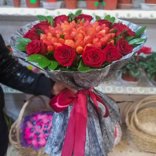 Букет из 11-ти роз и клубники: букеты цветов на заказ Flowwow