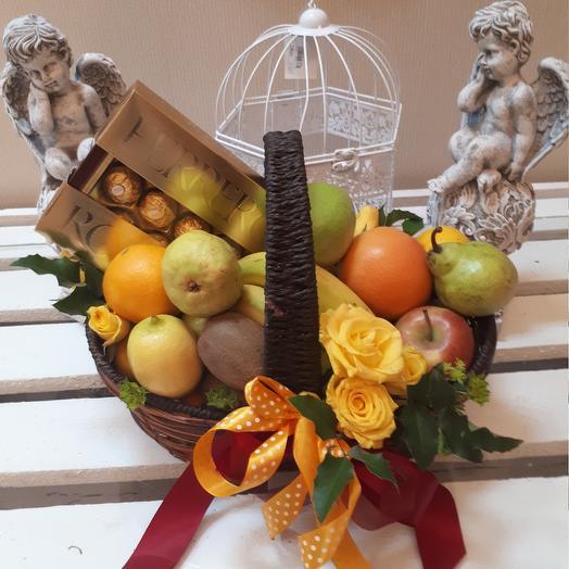 Корзина  с фруктами и Ferrero Rocher