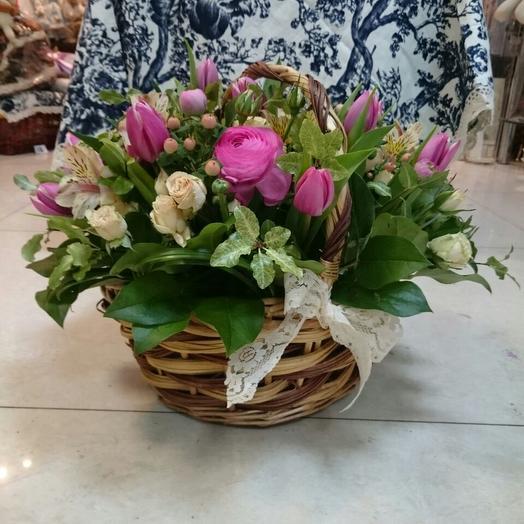 Нежная композиция в корзинке из тюльпанов, розы и альстромерии: букеты цветов на заказ Flowwow