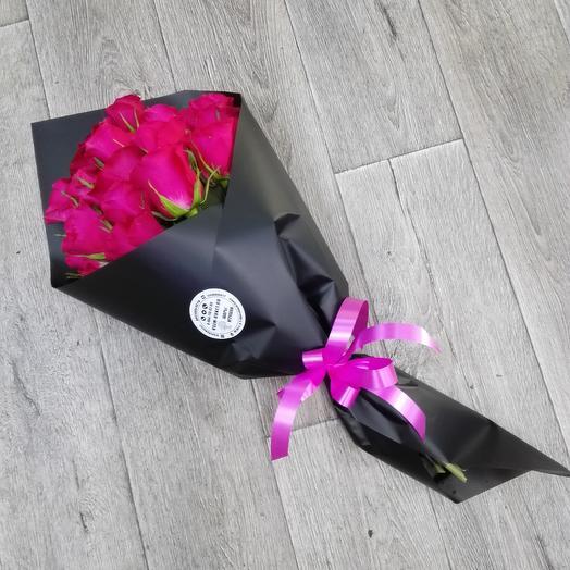 Розы в черном крафте