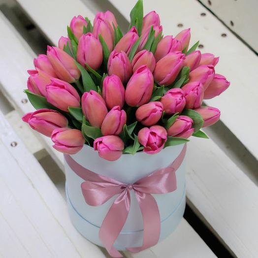 45 розовых тюльпанов в шляпной коробке: букеты цветов на заказ Flowwow