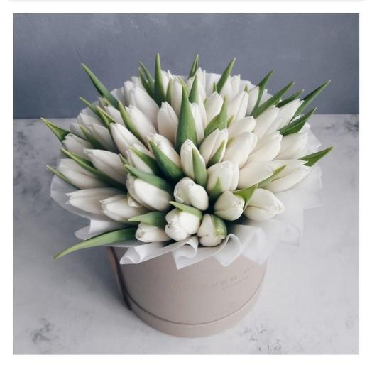 39 белых тюльппнов в шляпной коробке: букеты цветов на заказ Flowwow