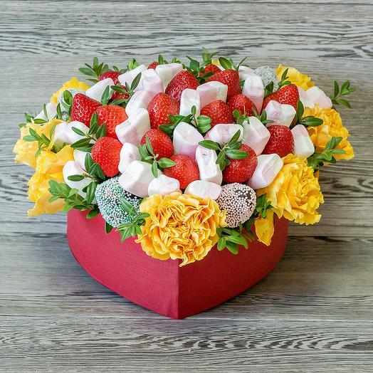 Цветочно-ягодная композиция в форме сердца: букеты цветов на заказ Flowwow