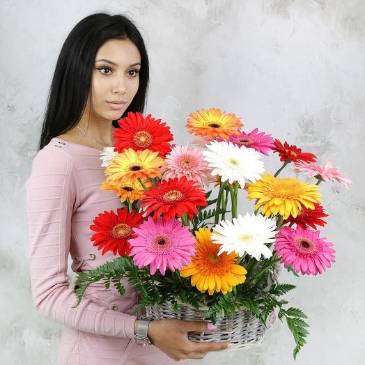 Композиция из гербер и папоротника в корзине: букеты цветов на заказ Flowwow