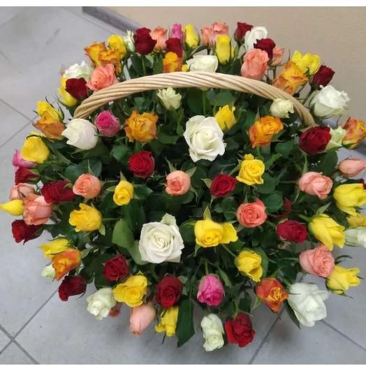 Очень объемная корзинка из 101 кенийской розы