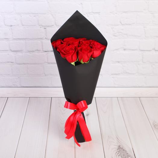 11 красных роз 50 см в черном крафте