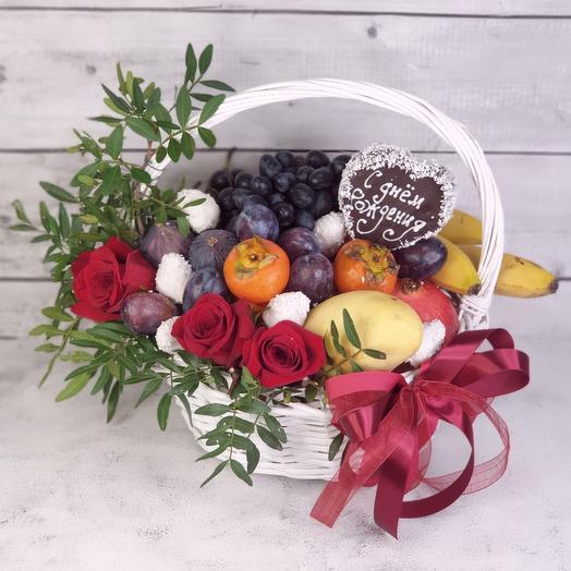 Корзина фруктов с цветами