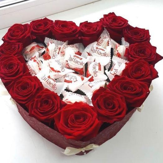 Розы с рафаэлло в коробке сердце