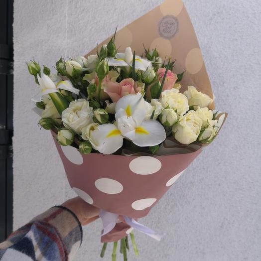 Букет с белыми ирисами и белыми кустовыми розами