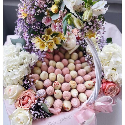 Корзина с цветами и с клубникой в шоколаде
