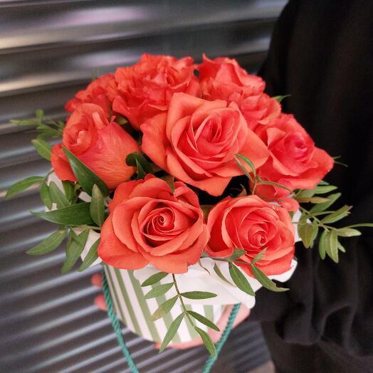 11 красных роз в коробке- кашпо