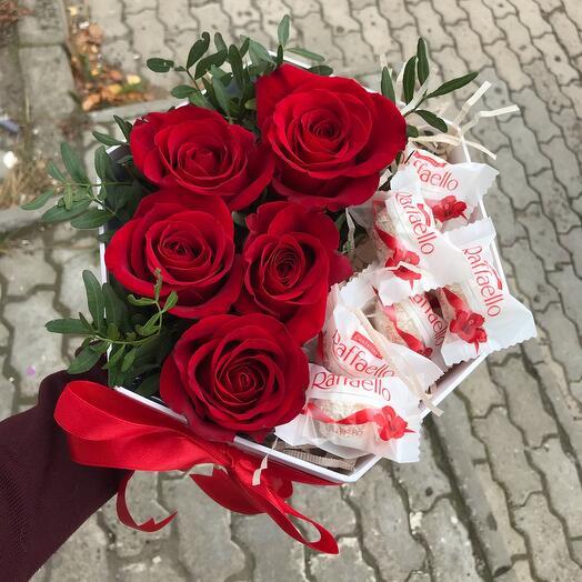 Розы в коробке с конфетками