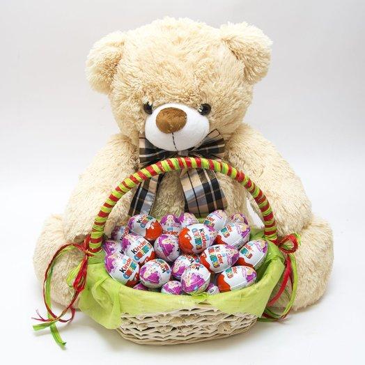 Медвежонок с корзиной Киндер Сюрпризов