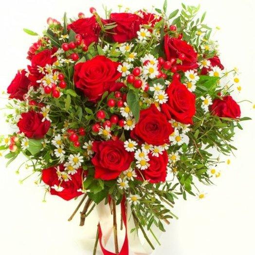 Красные розы с ромашками
