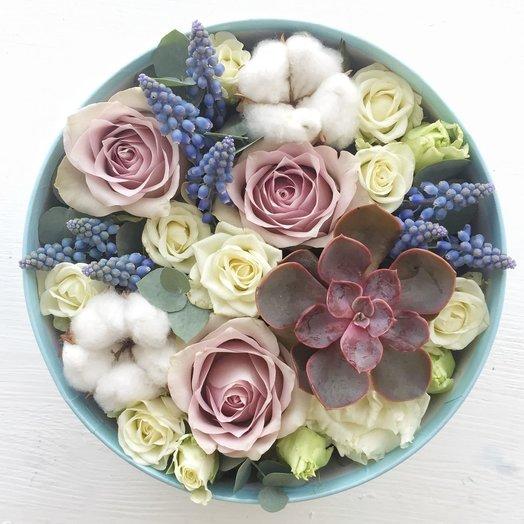 Коробочка с розами и суккулентом: букеты цветов на заказ Flowwow