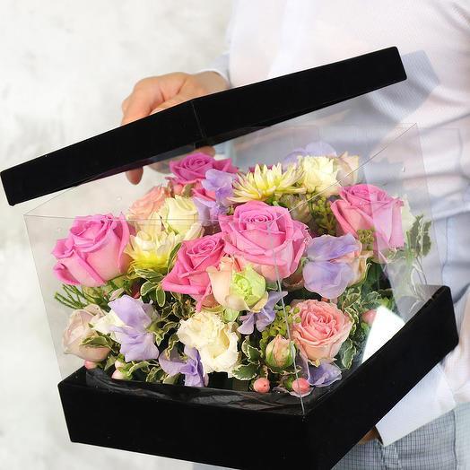 Композиция из роз георгин и лизиантусов в бархатной коробке
