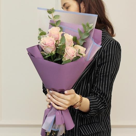 5 кремовых роз в зелени