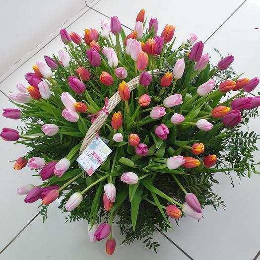 "Корзина 101 тюльпан микс ""Для тебя красотка"": букеты цветов на заказ Flowwow"