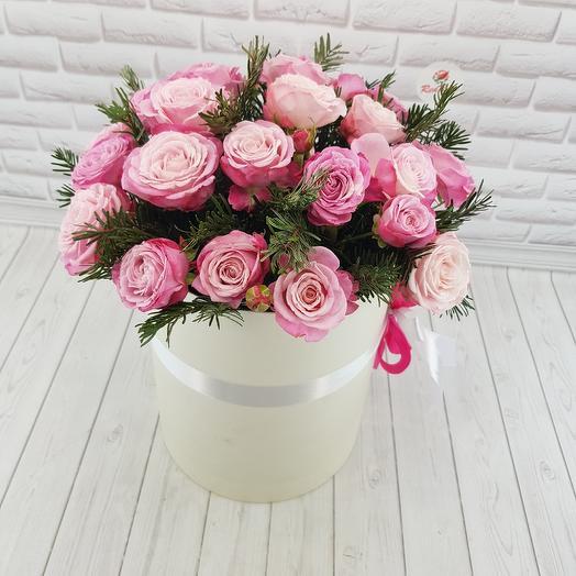 Ароматная кустовая роза в шляпной коробке
