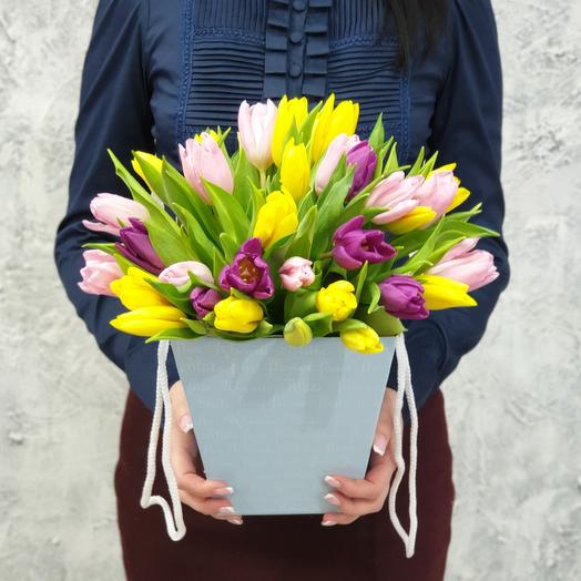 Яркие тюльпаны в коробке