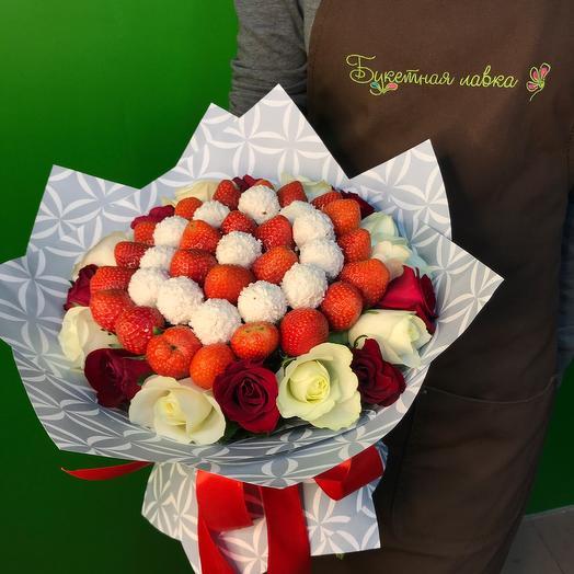 Съедобный букет из клубники, конфеты и розы
