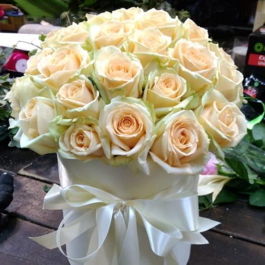 39 кремовых роз в шляпной коробке