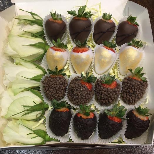 Цветы в коробке и клубникой в шоколаде