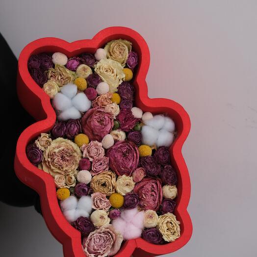 Композиция в форме мишки из засушенных цветов