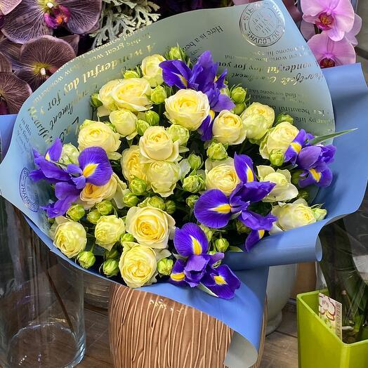 Кустовые розы с ирисами