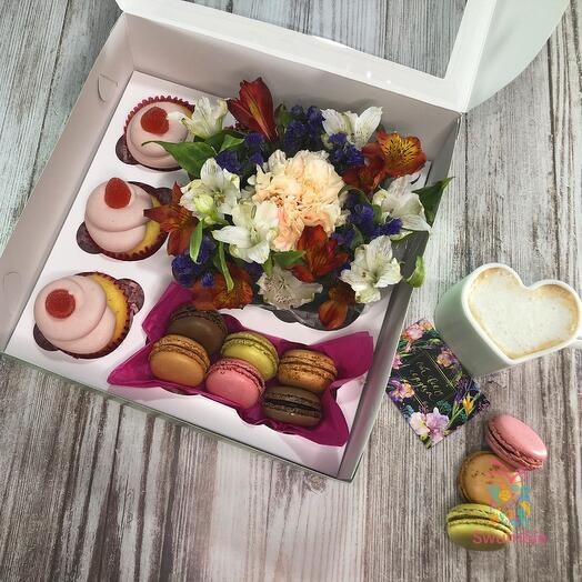 Набор с цветами, капкейками и макарунами