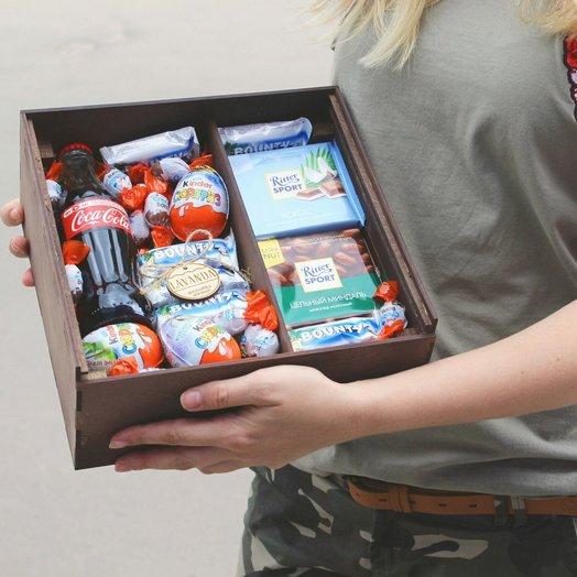 Деревянная коробка со сладким наполнением: букеты цветов на заказ Flowwow