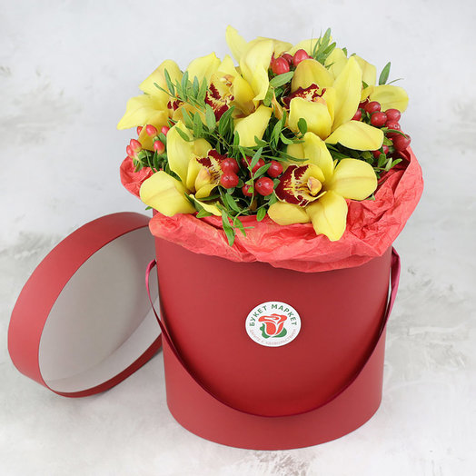 Композиция из орхидеи и гиперикума в шляпной коробке: букеты цветов на заказ Flowwow