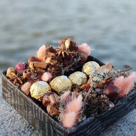 Композиция из плодов каштана, корицы и конфет Ферреро Роше: букеты цветов на заказ Flowwow