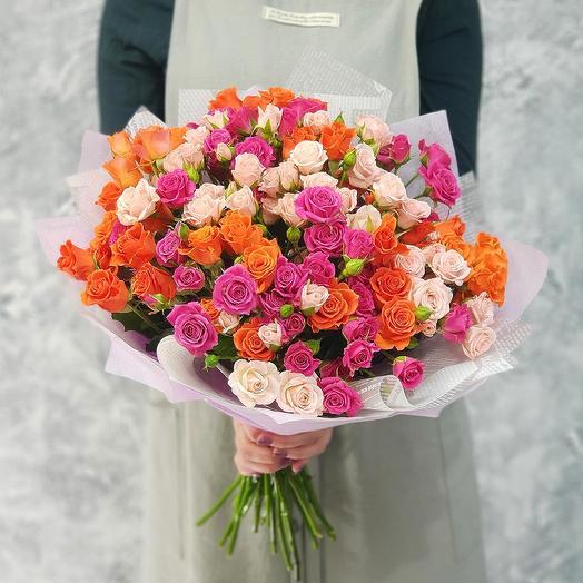 Эффектный букет из кустовых роз в дизайнерской упаковке: букеты цветов на заказ Flowwow