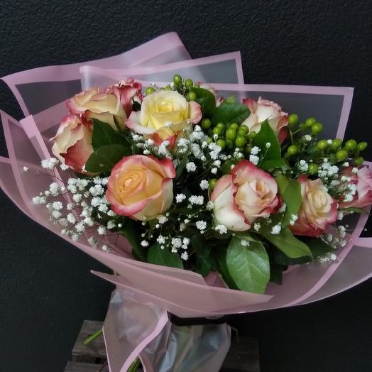 Букет из роз и гиперикума: букеты цветов на заказ Flowwow