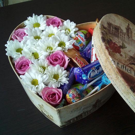 Сердце с цветами и конфетами: букеты цветов на заказ Flowwow