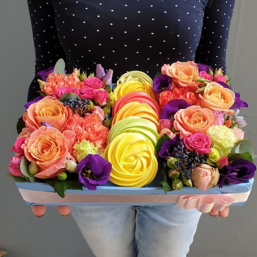 Сладкая вкусная коробочка с цветами и безе