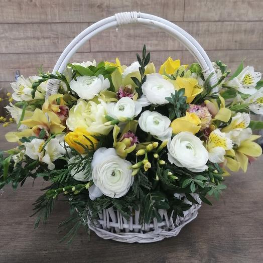 Яркая корзинка для весеннего настроения: букеты цветов на заказ Flowwow