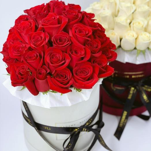 Гранде бархатная белая. 49 красных роз