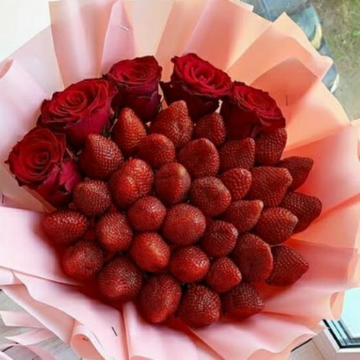 Букет с клубникой: букеты цветов на заказ Flowwow