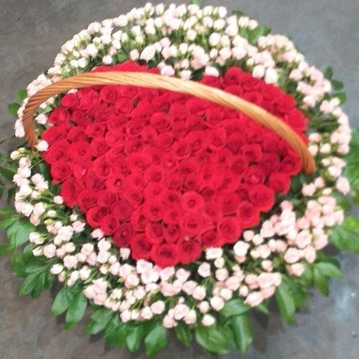 Корзина с кустовая роза и красная роза