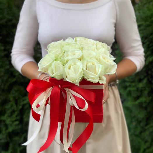 25 белых роз в квадратной коробке